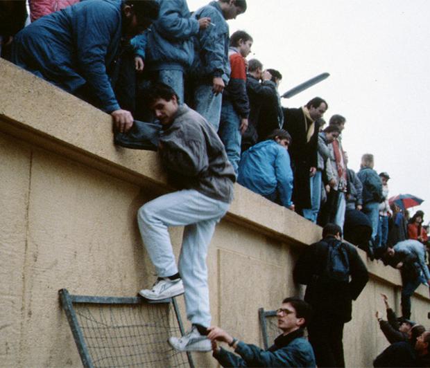 1989년 베를린 장벽을 넘는 시민들.
