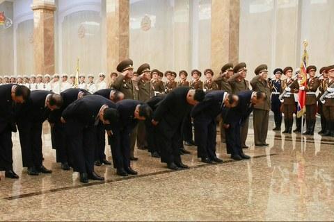김정은 북한 국무위원장이 김일성 주석 사망 26주기를 즈음해 김 주석의 시신이 안치된 금수산태양궁전을 참배하는 모습.