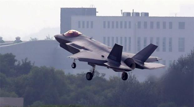 지난달 22일 오후 청주 공군기지에서 스텔스 전투기 F-35A가 비행을 마친 뒤 착륙하고 있다.