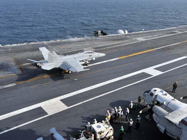 서해상 미 항공모함 조지워싱턴호(9만7천t)에서 슈퍼호넷이 작전을 마친 뒤 착륙하고 있다.
