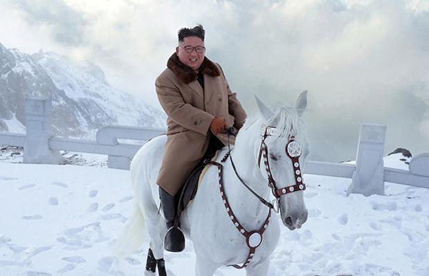 김정은 북한 국무위원장이 백마를 타고 백두산에 올랐다고 조선중앙통신이 16일 보도했다.