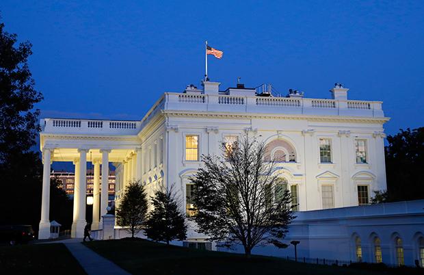 석양이 질무렵 미국 워싱턴 DC 백악관의 모습.