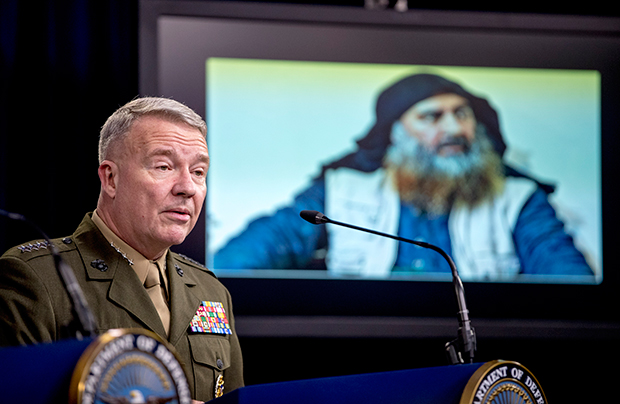 미군 중부사령부 케네스 멕켄지 사령관이 IS 수괴인 아부 바크르 알바그다디 사진을 공개하며 브리핑을 하는 모습.