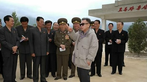 김정일 국방위원장이 강원도에 위치한 고산과수농장을 시찰하고 있다.