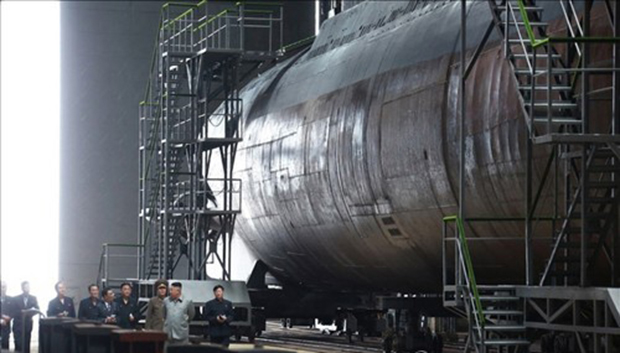 김정은 북한 국무위원장이 새로 건조한 잠수함을 시찰했다고 조선중앙통신이 지난달 23일 보도했다. 중앙통신이 이날 홈페이지에 공개한 사진.