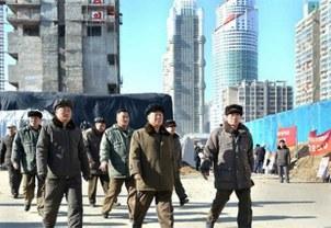 최룡해 북한 노동당 중앙위원회 부위원장이 평양 여명거리 건설현장을 시찰하고 있다.