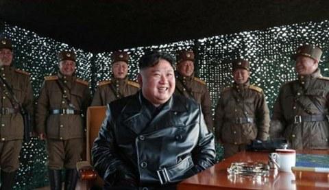 사진은 김정은 북한 국무위원장이 지난달 21일 전술유도무기 시범사격을 참관하는 모습.