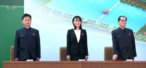 사진은 지난달 1일 순천인비료공장 준공식에 참석한 김정은 위원장의 동생인 김여정 당 제1부부장(가운데).