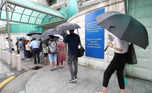 7일 오전 서울 종로구 주한 미국대사관 앞에서 시민들이 비자를 발급받기 위해 줄을 서있다.