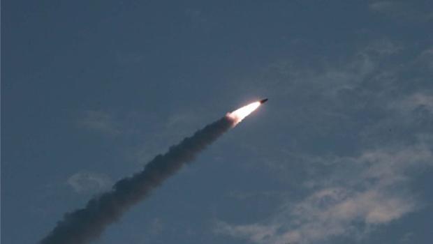 김정은 북한 국무위원장이 한미 군사연습과 남측의 신형군사장비 도입에 반발해 지난달 25일 신형 단거리 탄도 미사일의 '위력시위사격'을 직접 조직, 지휘했다고 조선중앙통신이 보도했다.