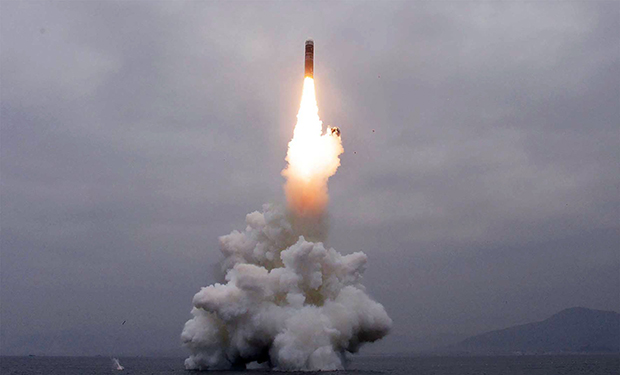 북한이 지난 2일 신형 잠수함발사탄도미사일(SLBM) '북극성-3형'을 성공적으로 시험발사했다고 조선중앙통신이 보도했다. 사진은 중앙통신 홈페이지에 공개된 북극성-3형 발사 모습.