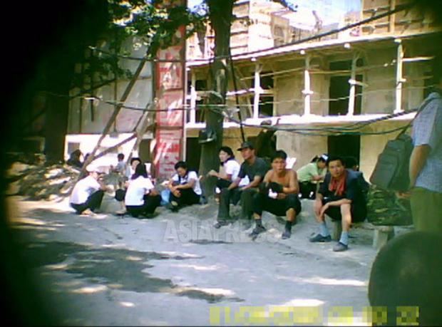 만수대 거리 건설에 동원된 주민들. 평양의 도시 건설에는 군인, 청년, 학생을 비롯해 각 계층의 많은 사람이 동원된다.