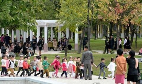 휴일을 맞아 평양 중앙동물원에는 가을나들이에 나선 북한 주민들로 북적이고 있다.