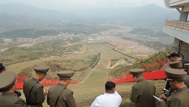 김정은 북한 국무위원장이 완공을 앞둔 평안남도 양덕군 온천관광지구 건설장을 현지지도하고 있다.