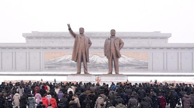 김정일 국방위원장의 생일 78주년(광명성절)을 맞아 북한 주민들이 만수대언덕에 있는 김일성·김정일 동상을 찾아 헌화했다고 조선중앙통신이 지난 17일 보도했다.