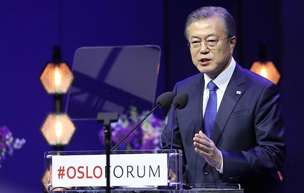 한국 문재인 대통령이 지난달 12일 노르웨이 오슬로 대학교에서 오슬로 포럼 기조 연설을 하고 있다.