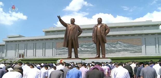 조선중앙TV는 김일성 주석 사망 25주기인 8일 낮 12시 북한 주민들이 일제히 묵념하는 모습을 생중계했다. 북한 주민들이 평양 만수대언덕에 있는 김일성·김정일 동상 앞에서 묵념하고 있다.