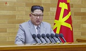 김정은 북한 노동당 위원장이 지난 2018년 육성 신년사에서 핵무력에 대한 자신감을 토대로 한 대남 '유화공세'와 자립적 경제발전 의지를 밝히고 있다.
