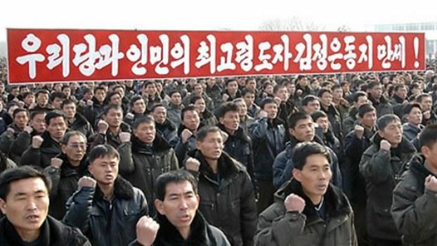 """북한의 근로자들이 """"김정은 원수를 단결의 유일중심, 영도의 유일중심으로 높이 모시고 결사옹위하며 유일적령도를 충직하게 받들겠다""""고 결의하고 있다."""