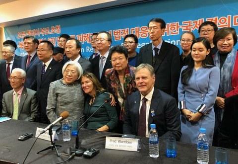 가와사키 에이코 씨가 지난 10월 한국에서 오토 웜비오 부모들을 만났다 (아랫줄 워터 웜비오 부부 중간에 에이코 씨).