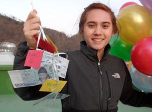 정부나 단체의 도움 없이 3년 넘게 대북 풍선 날리기를 해오고 있는 샬롯 헤펄마이어 양. 풍선에 쪽지와 한국돈을 매달았다.