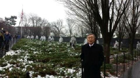 겨울철 워싱턴 DC 한국전 참전 용사 기념비에서 최연홍 씨.