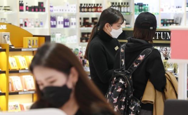 대구의 한 화장품 매장에서 직원들이 마스크를 쓰고 손님들을 맞이하고 있다.