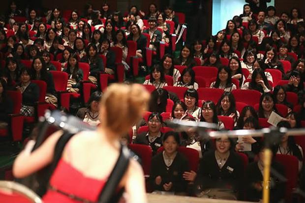 서울 갈현동 선정관광고등학교에서 열린 남북교사와 함께하는 스승의 날 행사에서 한 탈북자가 아코디언 연주를 하고 있다.