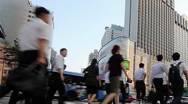 서울 중구 을지로입구역 사거리에서 직장인들이 퇴근길 발길을 재촉하고 있다.
