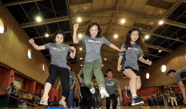 광주 북구 동림동 장애인종합복지관 체육관에서 열린 '사회복지종사자 한마음 체육대회'에서 사회복지사들과 공무원들이 몸풀기 게임을 즐기고 있다.