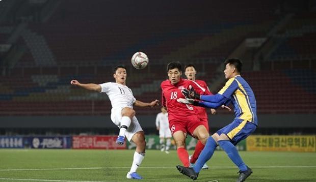 지난해 10월 15일 북한 평양 김일성 경기장에서 열린 대한민국과 북한과 월드컵 아시아지역 2차 예선 H조 3차전 경기에서 황희찬이 슛을 시도하고 있다.