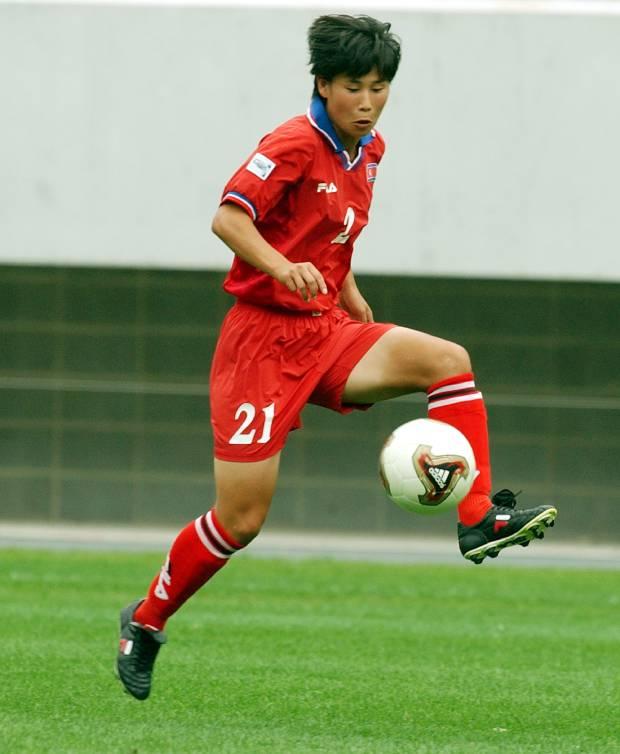 지난 2003년 미국에서 열린 여자 월드컵 축구 대회에 참가한 북한 선수가 필라델피아의 한 구장에서 경기에 앞서 연습을 하고 있다.