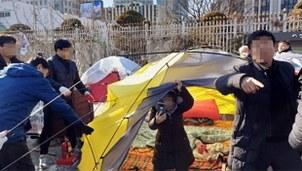 15일 오후 정부서울청사 앞에서 종로구청 관계자들이 탈북민 단체가 불법으로 설치한 텐트를 철거하자 탈북민 등으로 구성된 이 단체 관계자들이 항의하고 있다.