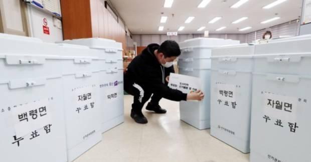 인천시 중구 옹진군선거관리위원회에서 한 관계자가 제21대 총선에 사용할 투표함을 섬 지역을 보낼 준비를 하고 있다.