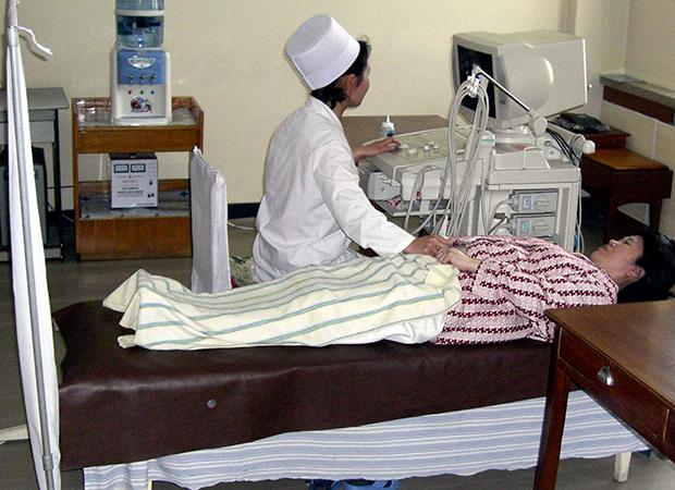 평양의 한 병원에서 임산부가 초음파 검사를 받고 있다.