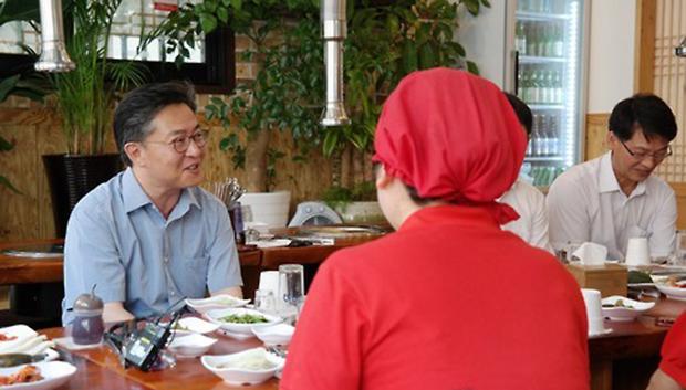 지난 2015년 홍용표 통일부 장관이 서울 성동구 하왕십리에서 하나로 탈북민이 운영하는 식당을 방문해 대화를 나누고 있다.