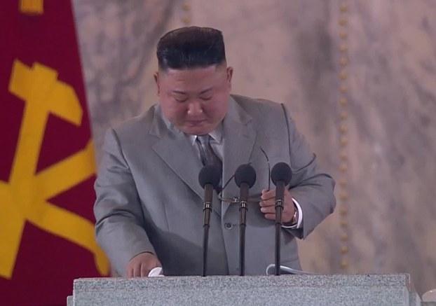 노동당 창건 75주년 기념 열병식에서 회색 양복을 입은 김정은 위원장이 연설을 하던 중 재난을 이겨내자고 말하며 울컥한 듯 안경을 벗고 눈물을 훔치고 있다.